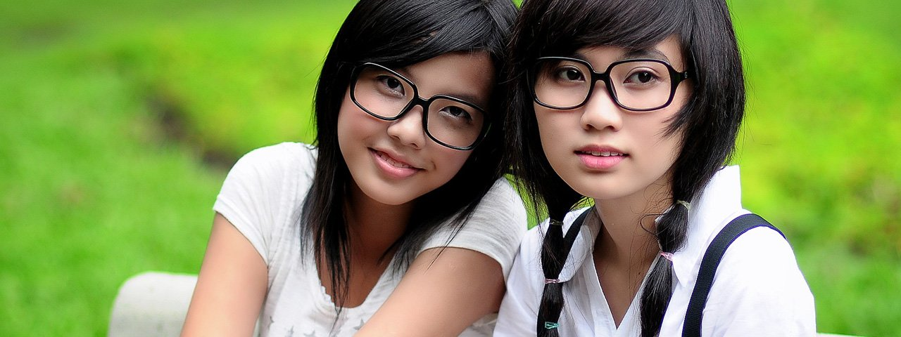 Girls-Glasses-Bench-Outdoors-1280x480